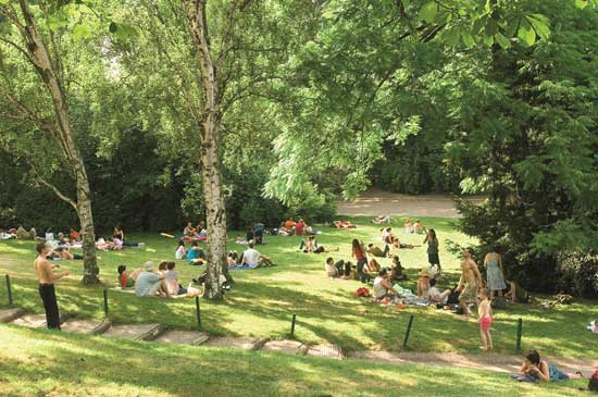 The best places to go for a picnic in paris the good for Beau jardin st louis