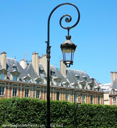 Place-des-Vosges-architecture