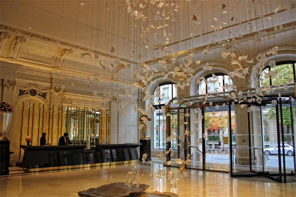 paris-peninsula-hotel-dancing-leaves-sculpture-in-reception