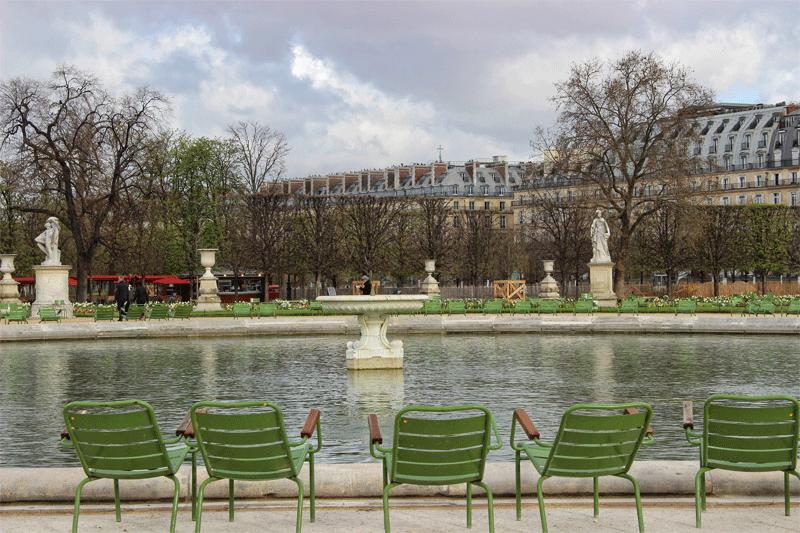 Chaises vertes autour d'un étang dans le jardin des Tuileries, Paris