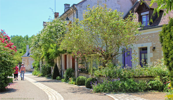 chedigny-rose-village-Loire-Valley