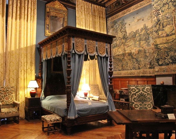 4 poster bed in the B&B of the Chateau de Brissac