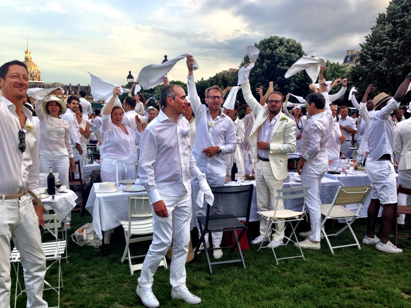 Happy diners at the grand picnic that is the Diner en Blanc paris event