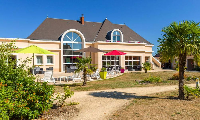 holiday cottage in Azay-Le-Rideau, Loire Valley surrounded by gardens and palm trees