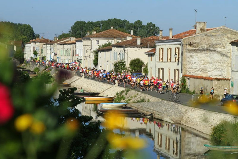Fun marathon along the banks of a river in France