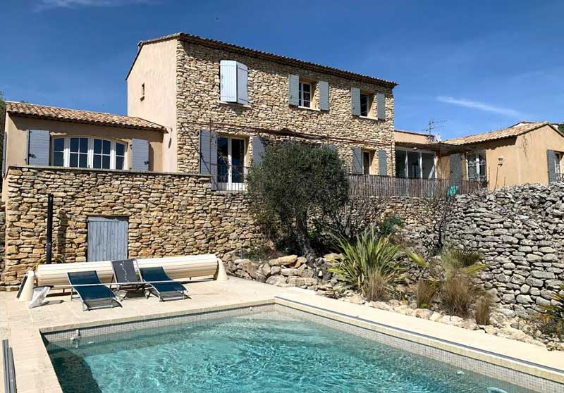 Stone built house in Provence with a swimming pool