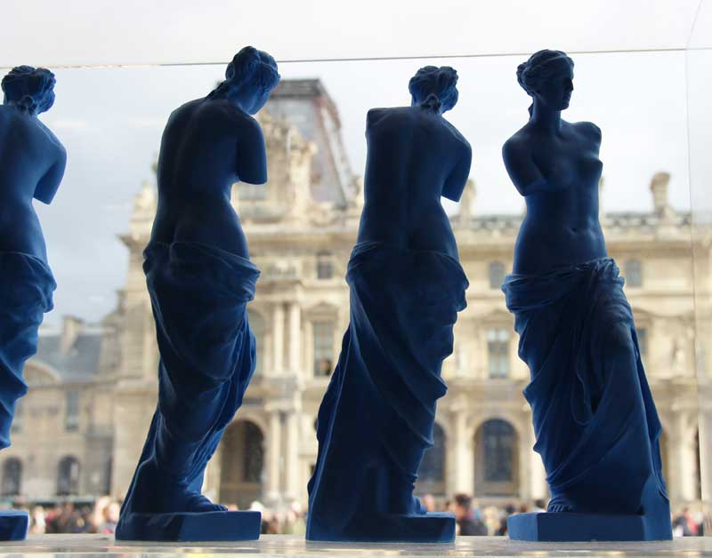 Row of figurines of Venus de Milo in the Louvre shop window