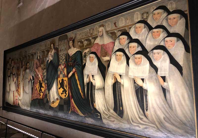 Énorme peinture murale de la comtesse de Jeanne de Flandre entourée de religieuses priant