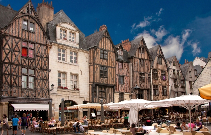 Place Plumereau in Tours, a large square filled with table and chairs surrounded by old houses